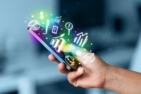 tecnologia: Smartphone con finanza e mercato icone e simboli concetto