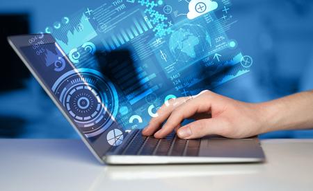 Moderne notebook computer met toekomstige technologie media symbolen
