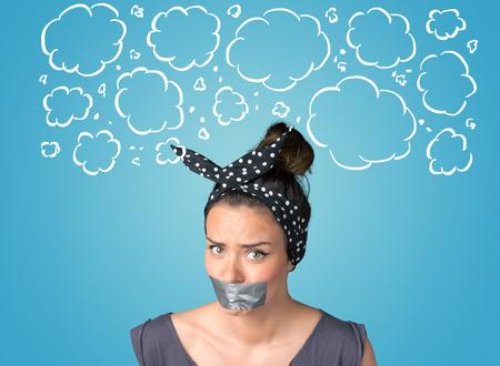 Grappig persoon met afgeplakte mond en hand getekende wolken rond hoofd