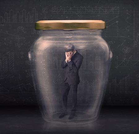 suffocating: L'uomo d'affari ha chiuso in un concetto di vaso di vetro su sfondo