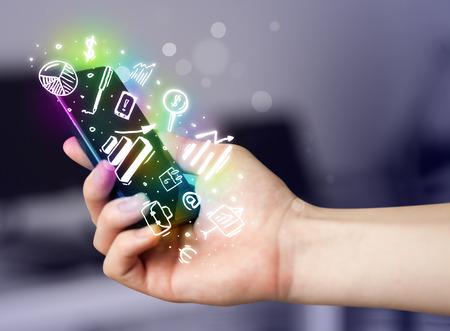 Smartphone met financiën en de markt pictogrammen en symbolen-concept
