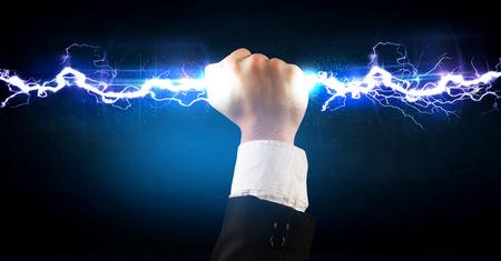 electricidad: Hombre de negocios que sostiene perno luz eléctrica en su concepto manos
