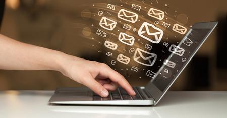 letter envelopes: Concepto de enviar e-mails desde el ordenador