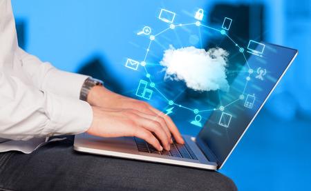 Hand die Arbeit mit einem Cloud Computing-Diagramm, neue Technologie-Konzept Standard-Bild - 38133276