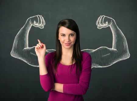 Csinos, fiatal nő rajzolt erős és izmos karok