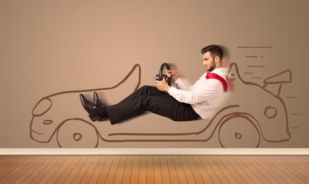 Glücklicher Mann Fahren eines handgezeichneten Auto an der Wand Konzept Standard-Bild - 38268495