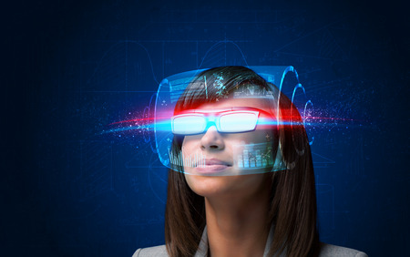 Toekomstige vrouw met high-tech slimme bril begrip