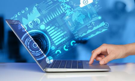 redes de mercadeo: Equipo portátil moderno con tecnología de futuro símbolos medios