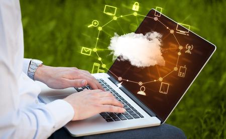 tecnologia: Mano lavoro con un diagramma di Cloud Computing, il concetto di una nuova tecnologia