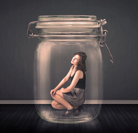 suffocating: Imprenditrice intrappolato in un concetto di vaso di vetro su sfondo Archivio Fotografico