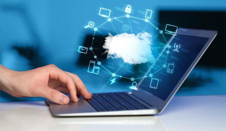 tecnologia: Mão que trabalha com um diagrama de Cloud Computing, conceito nova tecnologia Imagens