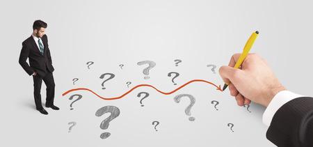 confundido: Hombre de negocios mirando signos de interrogación y el concepto de ruta solución dibujado a mano