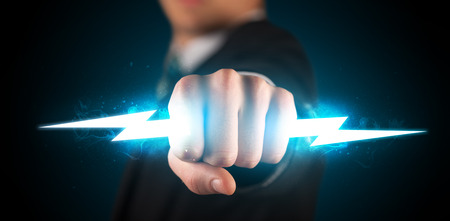 puÑos: Hombre de negocios que sostiene rayo brillante en su concepto manos Foto de archivo