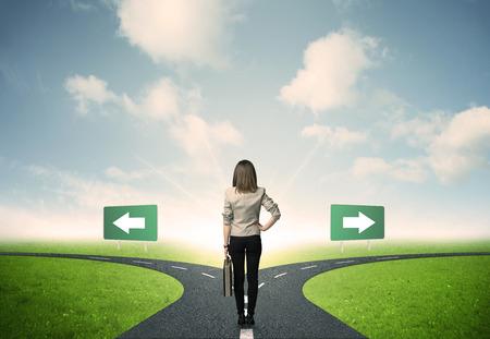 Concepto de decisiones importantes de una mujer de negocios