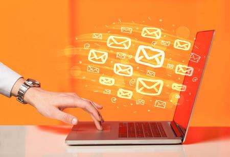 Konzept der E-Mails von Ihrem Computer Standard-Bild - 38804870