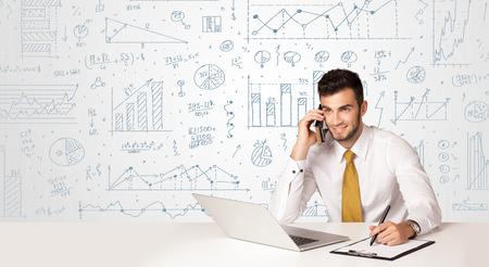 Üzletember ül a fehér asztalnál kézzel rajzolt diagram háttere