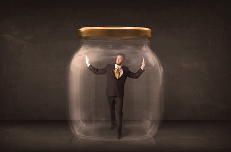 suffocating: Businessman chiuso in un concetto di vaso di vetro su sfondo