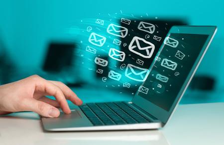 Concepto de enviar e-mails desde el ordenador Foto de archivo - 39219691