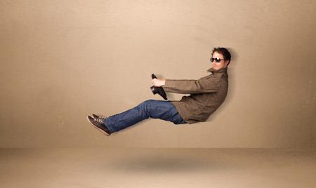 Gelukkige grappige man het besturen van een vliegende auto concept op achtergrond