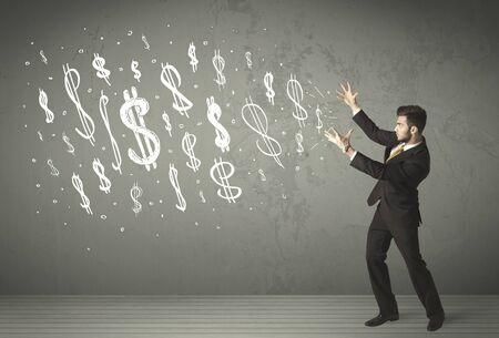 signos de pesos: J�venes empresarios con dibujado a mano signos de d�lar concepto