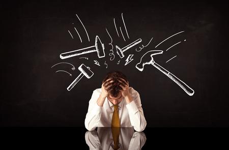 Fiatal depressziós üzletember, ülés alatt fehér levont verte kalapáccsal jelek Stock fotó