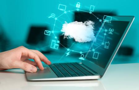 Kéz dolgozik a Cloud Computing diagram, új technológia fogalmát