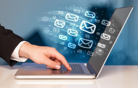 redes de mercadeo: Concepto de enviar e-mails desde el ordenador