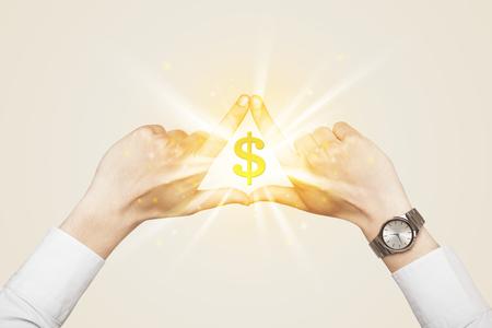 signo pesos: Manos creación de un formulario con el brillo de signo de dólar en el centro