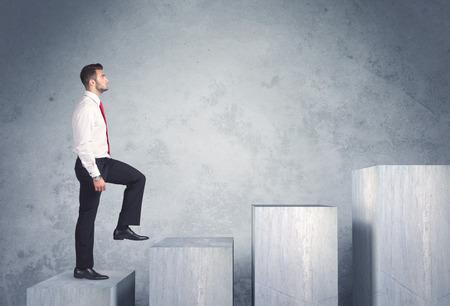 Üzletember fokozza a lépcsőházban Stock fotó