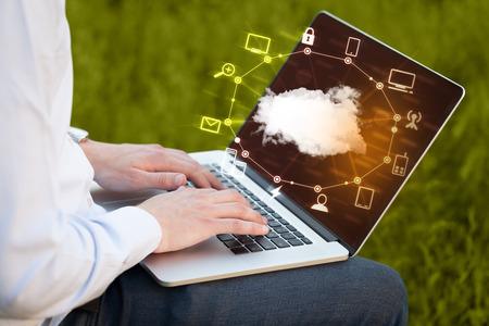 Hand die Arbeit mit einem Cloud Computing-Diagramm, neue Technologie-Konzept Standard-Bild - 40965589
