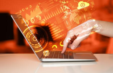 Moderne Notebook-Computer mit Zukunftstechnologie Medien Symbole