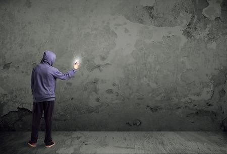 Jeune peintre urbaine de commencer à dessiner des graffitis sur le mur Banque d'images - 42219423
