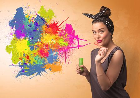 grafitis: Linda chica soplando burbujas spalsh pintada en la pared