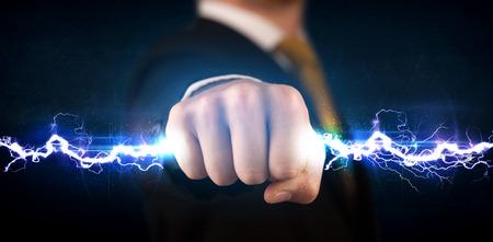 Zakelijke man die elektriciteit licht bout in zijn handen begrip Stockfoto