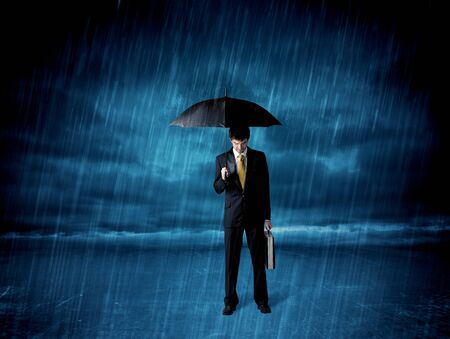 lluvia paraguas: Hombre de negocios de pie en la lluvia con un concepto paraguas en el fondo