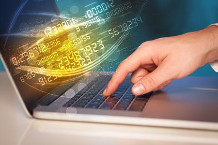 Man Tippen auf modernen Notebooks mit Zukunft Nummer Technologiedaten kommen aus Standard-Bild - 43276018
