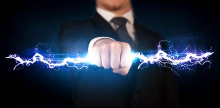 Hombre de negocios que sostiene perno luz eléctrica en su concepto manos Foto de archivo - 43273112