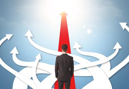 confundido: Concepto de hombre de negocios confundido con diferentes flechas de dirección Foto de archivo