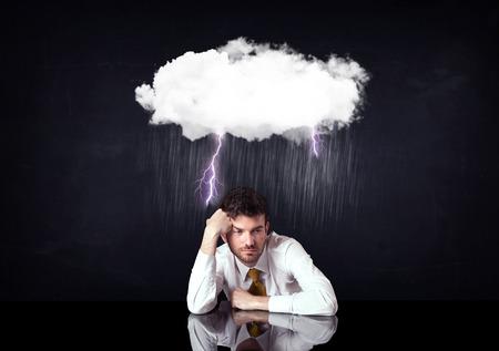 depresión: Hombre de negocios deprimido sentado bajo una nube de lluvia relámpago