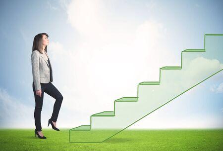 lider: Persona de negocios intensificando una escalera dibujado a mano en la naturaleza