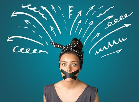 guardar silencio: Mujer joven con l�neas de la boca y blanco dibujado grabadas y flechas alrededor de su cabeza Foto de archivo