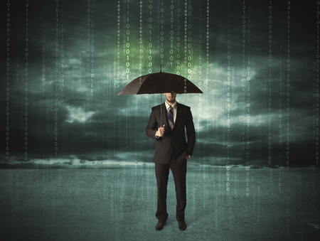 Bedrijfs mens die zich met paraplu bescherming van gegevens concept op achtergrond