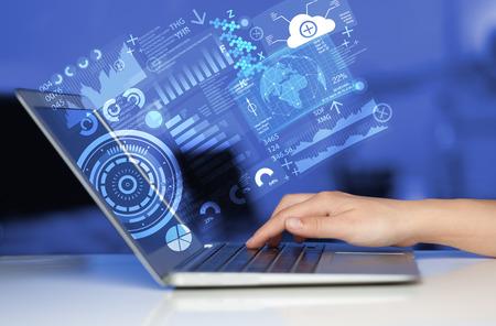 Moderne Notebook-Computer mit Zukunftstechnologie Medien Symbole Standard-Bild - 44477522