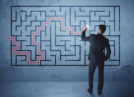 Geschäftsmann der Suche nach der Lösung eines Labyrinths Standard-Bild - 44979001