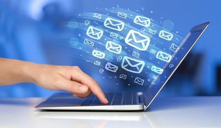 Konzept des Sendens von E-Mails von Ihrem Computer Standard-Bild - 45654148