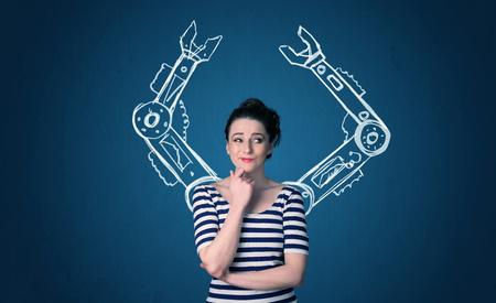 robot: Mujer bonita joven con el concepto de brazos rob�ticos