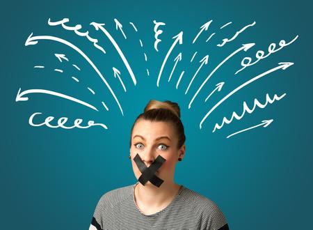 boca cerrada: Mujer joven con líneas de la boca y blanco dibujado grabadas y flechas alrededor de su cabeza Foto de archivo
