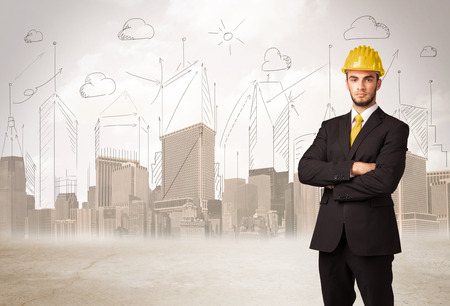 ingeniero: Ingeniero de negocios planing en el sitio de la construcción con la ciudad de fondo concepto Foto de archivo