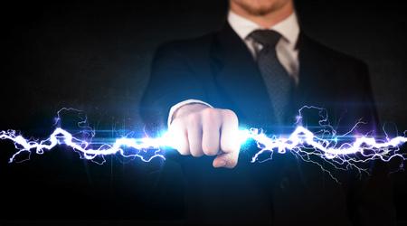 비즈니스 남자 그의 손 개념 전기 조명 볼트를 들고