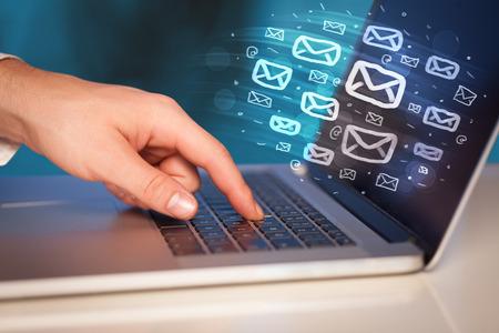 Konzept der E-Mails von Ihrem Computer Standard-Bild - 46367652